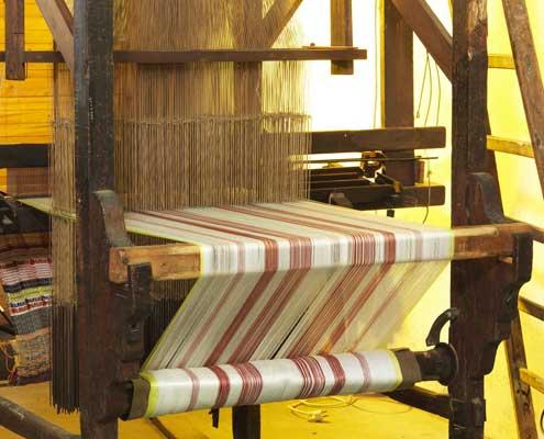 ancienne machine textile en bois en fonction