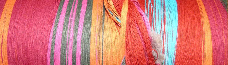 chaine de fils de laine aux couleurs pastels